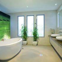 Handwerker für Einbau von Spanndecke im Badezimmer