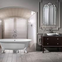 Badezimmer mit freistehender nostalgischer Badewanne mit Füßen