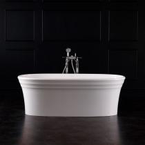 Badezimmer mit freistehender Badewanne mit geriffelten Rand