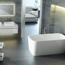 Badezimmer mit freistehender eckiger Badewanne