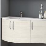3in1 Angebot für Italienische Badmöbel-Kombination: Konkav-gerundeter Waschtisch + Unterschrank mit 3 Türen + Spiegel LIGHT mit integriertem Neonlicht - Beispielfront HOLZOPTIK / HOLZSTRUKTUR LÄRCHE WEISS - Griffvariante 2 (ohne Aufpreis)