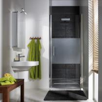 In der Raumnische: Ebenerdige Dusche aus Echtglas mit Drehtür Nische