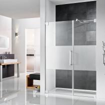 Ebenerdige Dusche mit Drehtür und Nebenteil inklusive Satinato-Streifen (Duschtür mit satiniertem Glas)