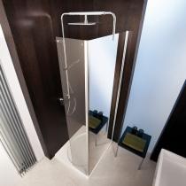 Superflache Dusche in der Raumecke für kleines Bad