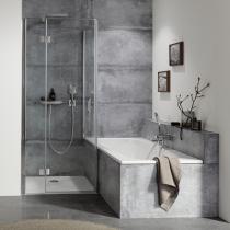 Beispielfoto für Duscheinbau neben Badewanne: Drehtür pendelbar an Nebenteil mit verkürzter Seitenwand