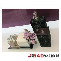 Seifenspender und Dose für Badutensilien in Steinoptik und Edelstahl (Beispielfoto für Badaccessoires aus unserer Badausstellung)