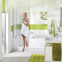 Badewanne mit Tür und weißer Außenverkleidung von Artweger