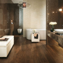 Badezimmer mit Fliesen in Holzoptik
