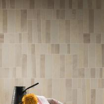 Geometrische Badezimmerfliesen in minimalistischer Zementoptik und Steinoptik
