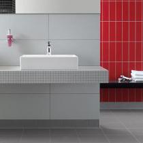 Badezimmerfliesen-Kombination in weiß-rot mit unterschiedlichen Formaten