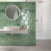 Metro Flair im Badezimmer: Geometrisches Retro-Fliesenmix in weiß und grün