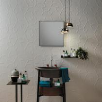 Weiße Badezimmerfliesen im asymetrischen 3D Wall Design